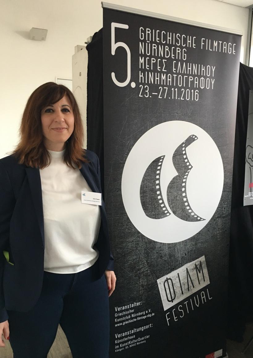 Festivalleiterin Irina Pappa mit festivalplakat